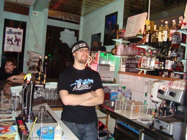 Luc Monsciani aka Luke Hilly derrière le bar du Tikis à Genève